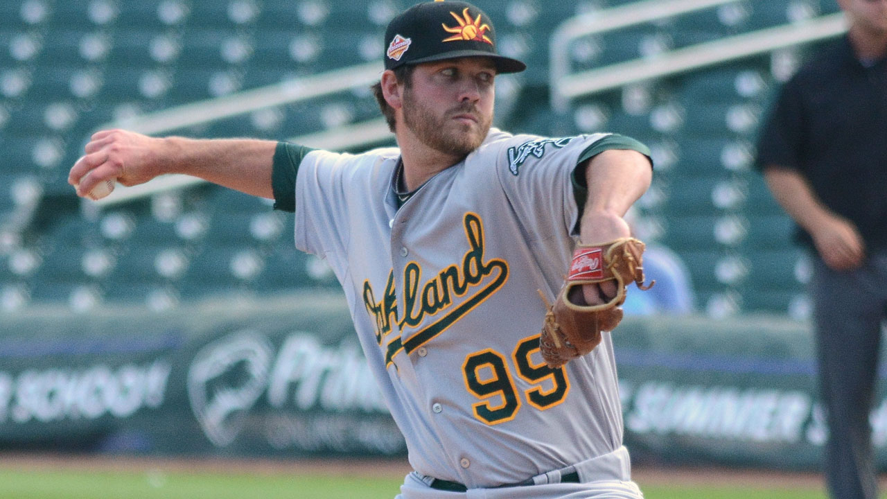 Astros deal Lowrie to A's for Minors pitcher